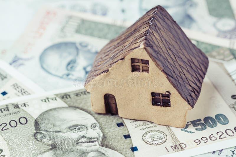 Indien-Eigentum, Immobilien oder Hypothekenkonzept, kleines keramisches h stockfotos