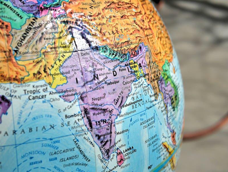 Indien-Fokusmakroschuß auf Kugelkarte für Reiseblogs, Social Media, Websitefahnen und Hintergründe stockfoto