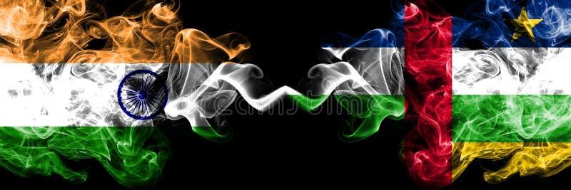 Indien gegen die Republik- Zentralafrikarauchflaggen nebeneinander gesetzt Dicke farbige seidige Rauchflaggen von indischem und v lizenzfreie abbildung