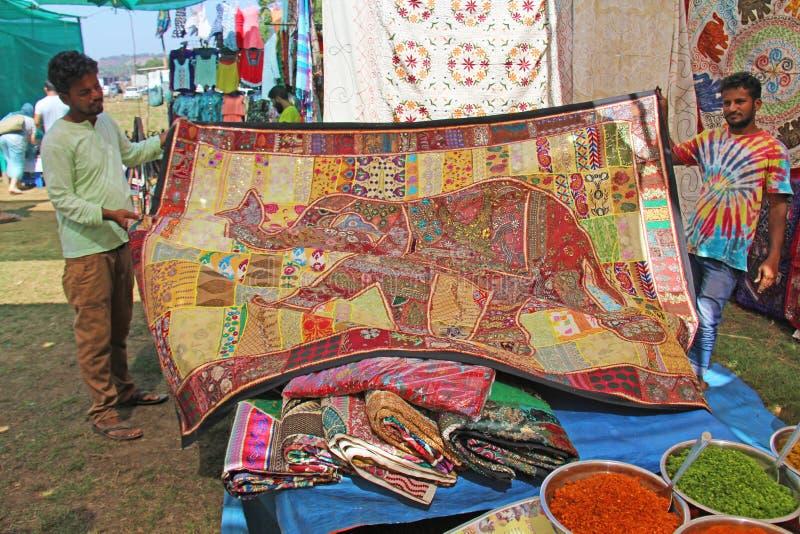 Indien Goa Januari 24, 2018 En man säljer skyler och hans gods royaltyfri bild