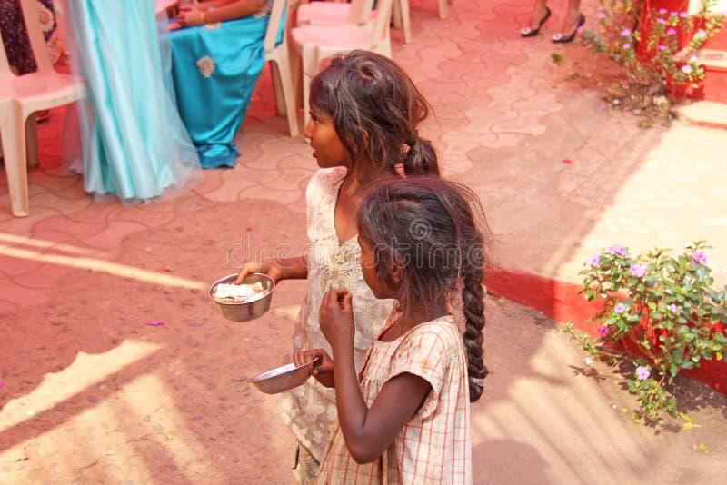Indien GOA, Januari 28, 2018 Fattiga barn frågar pengar från förbipasserande, smutsiga barn med en utsträckt hand, gör till tigga royaltyfri foto