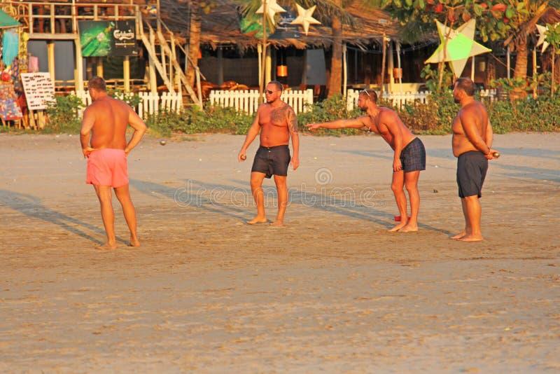 Indien GOA, Januari 24, 2018 Modig petanque för gata Män spelar i Petang på stranden i Indien Män med den kala bröstkorgen arkivbilder