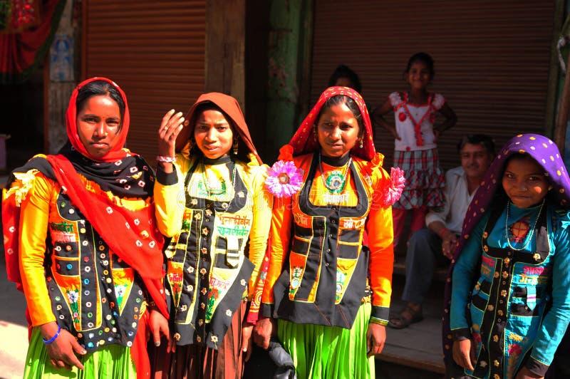 Indien: Gujaratikvinnor som bär colourfull, klär och dräkter in arkivbilder