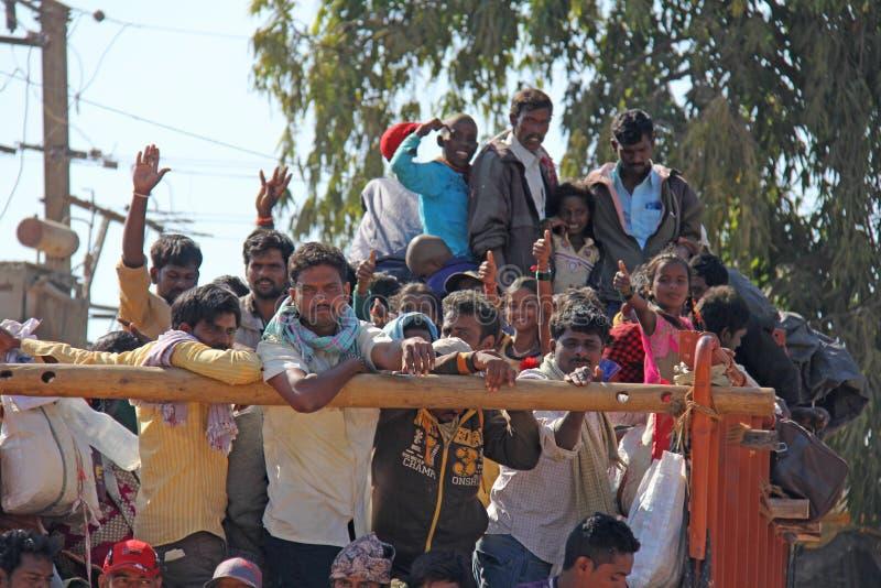 Indien Hampi, 02 Februari 2018 En härlig indisk lastbil bär mycket indiska personer Det glade Hindus leendet och att vinka deras royaltyfria foton