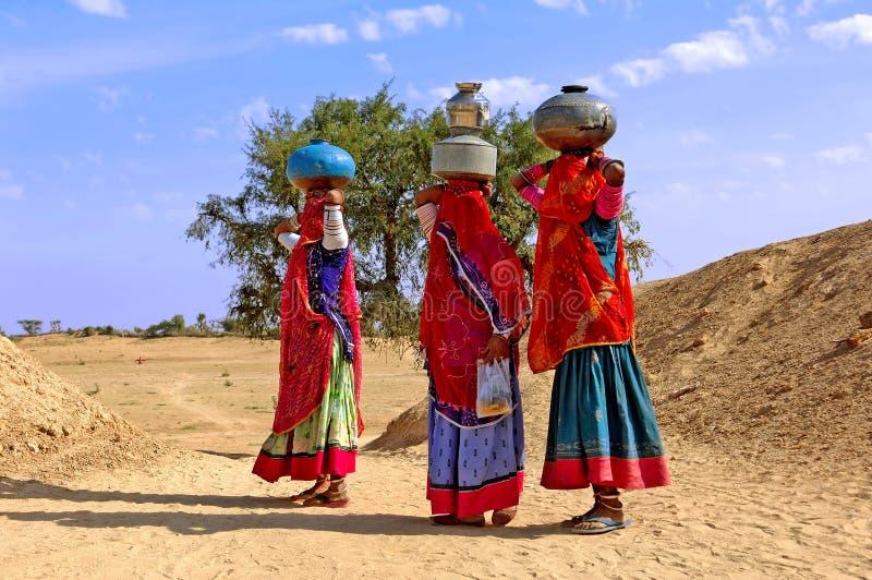 Indien, Jaisalmer: Frauen in der Wüste stockfotos