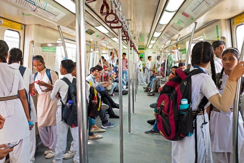 INDIEN NY DEHLHI - APRIL 5, 2017: Indiskt folk i tunnelbanan in royaltyfria bilder