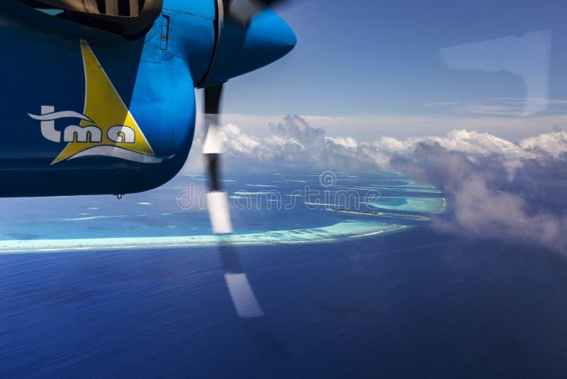 Indien Oceaanmalddives - Juni 14, 2015: Watervliegtuigvlieg over Atol stock afbeelding
