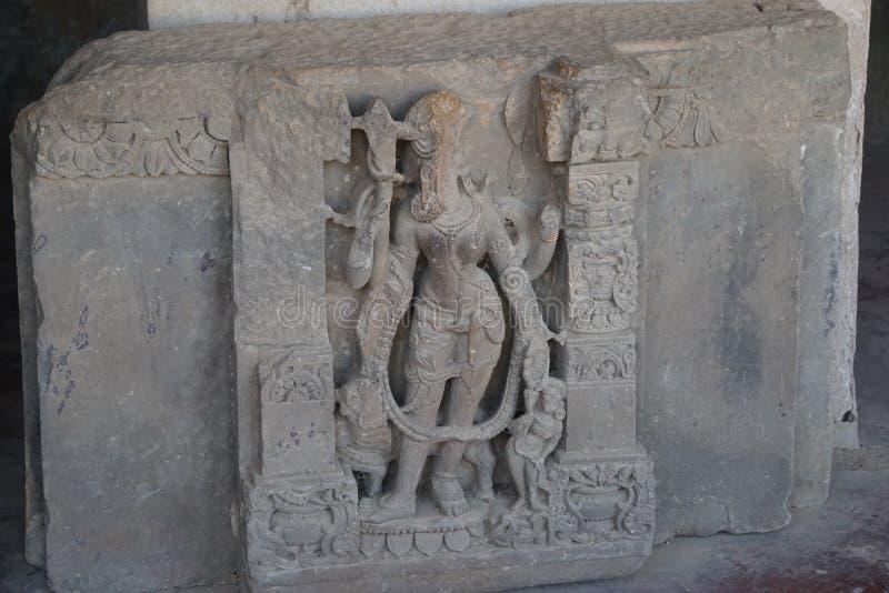 Indien - rajasthan - jaipur - dausa - arkeologiska reliker skulpterar den brutna framsidan av lordshivaen arkivfoto