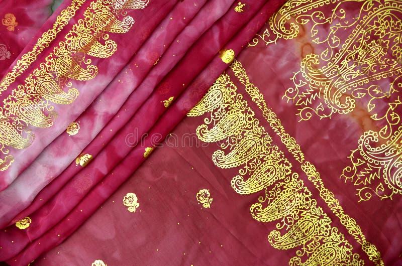 Indien rose magenta Sari avec le modèle de Paisley d'or images libres de droits