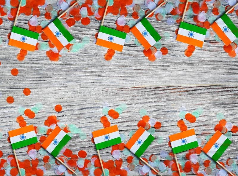 Indien självständighetsdagen 15 Augusti, Indien mini- flaggor med orange för färger för konfettier tre grön och vitt, på vitt lan arkivbild