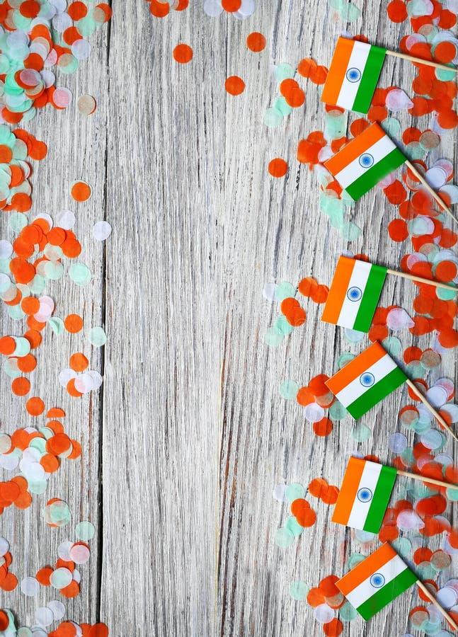 Indien-Unabhängigkeitstag am 15. August, viele Mini-Indien-Flaggen mit Konfettis drei Farben grünes Orange und weiß, auf weißem stockbilder