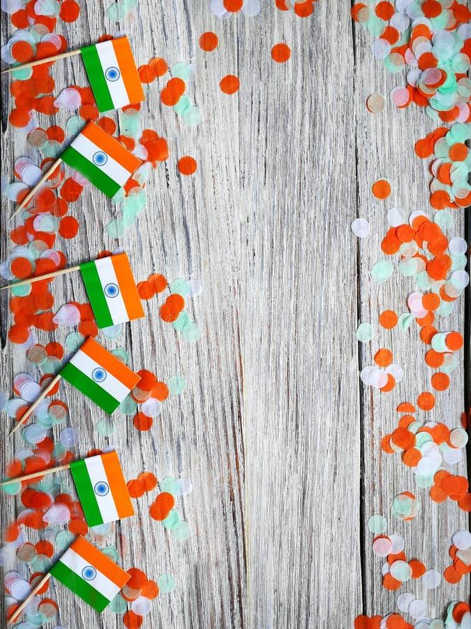 Indien-Unabhängigkeitstag am 15. August, viele Mini-Indien-Flaggen mit Konfettis drei Farben grünes Orange und weiß, auf weißem lizenzfreies stockfoto