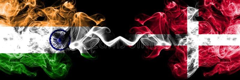 Indien vs Danmark, danska rökflaggor förlade sidan - vid - sidan Tjocka kulöra silkeslena rökflaggor av indiern och Danmark s royaltyfria foton