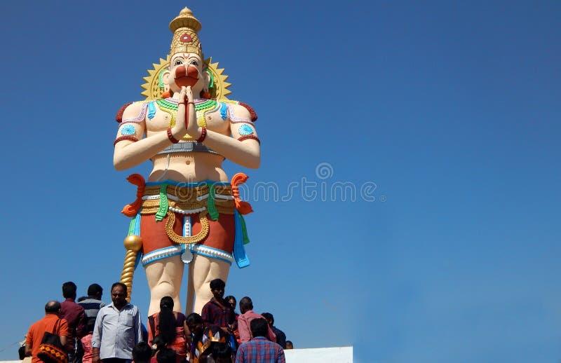 Indier Hindus på trappa av den högväxta Hanuman statyn som ska bes i tempel på den Mahasivaratri dagen arkivfoton