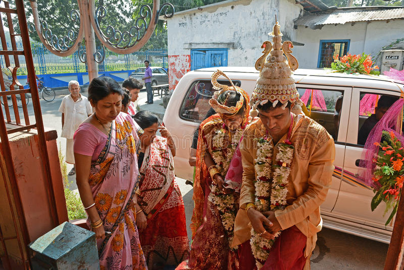 Indier kopplar ihop royaltyfria foton