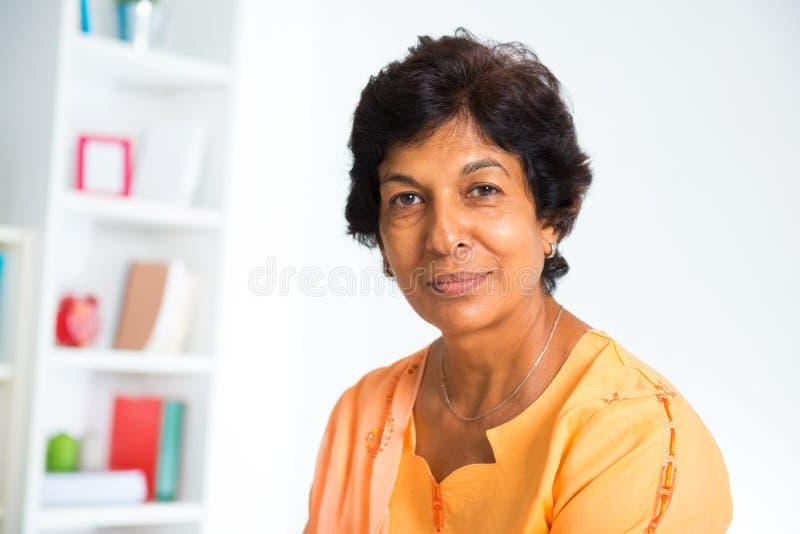 Indier mognar kvinnan royaltyfria foton