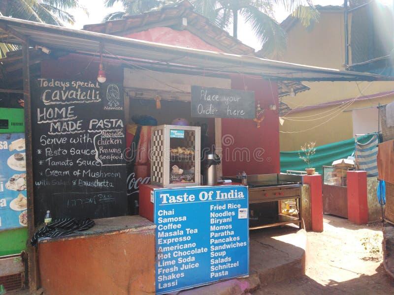 Indier som är restaurnant i Arambol, Goa royaltyfri fotografi