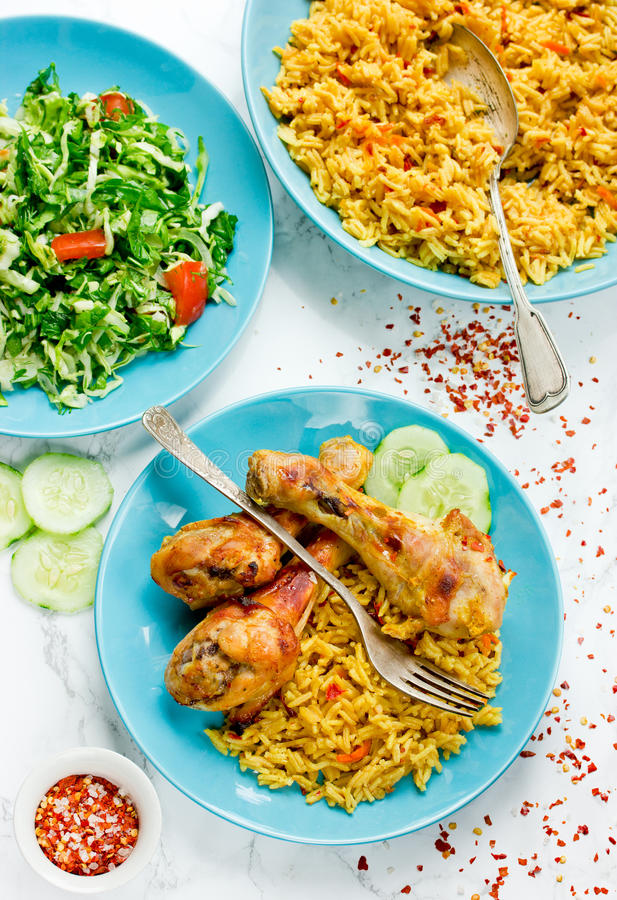 Indiern grillade höna med kryddiga basmati ris och ny vegetab royaltyfria foton