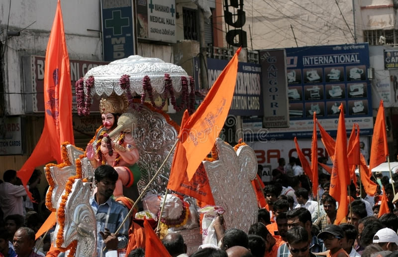 Indiern Hindus tar den Hanuman jayantiprocessionen, en hinduisk beröm, med Hanuman Idol, arkivfoto