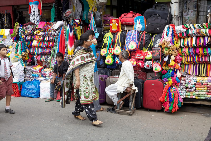 Indiern shoppar i Kolkata, Indien arkivfoto