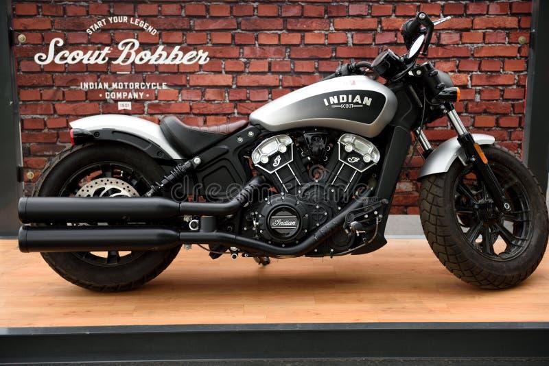 Indiern spanar den Bobber motorcykeln på skärm royaltyfria foton