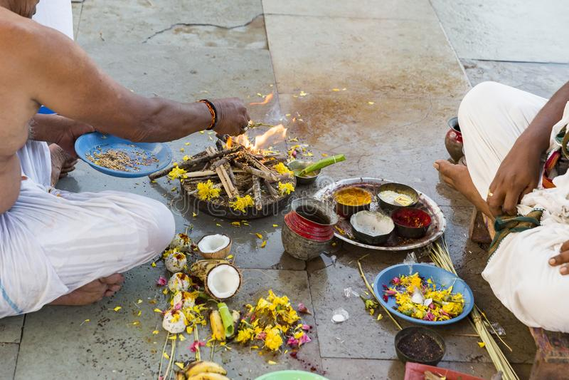 Indiern vallfärdar utföra ritualer Puja på porten av Rameshwaram arkivbilder