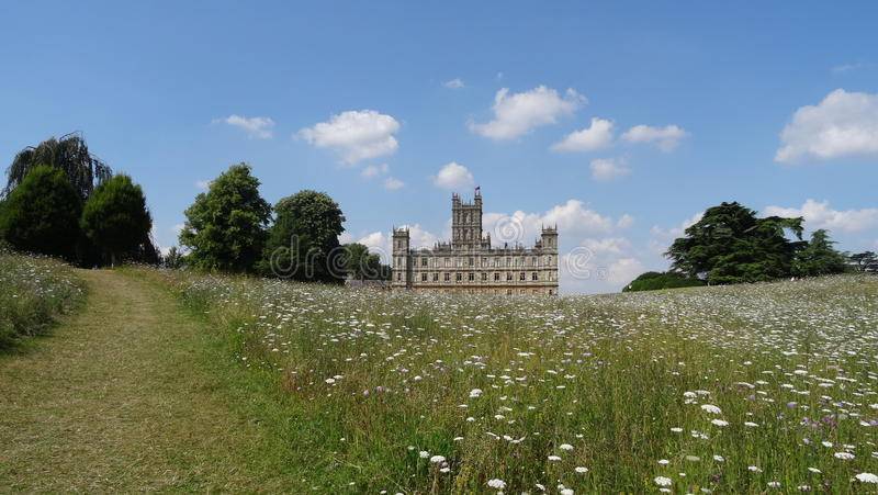 Indietro del castello di Highclere nel giacimento di fiore immagine stock libera da diritti