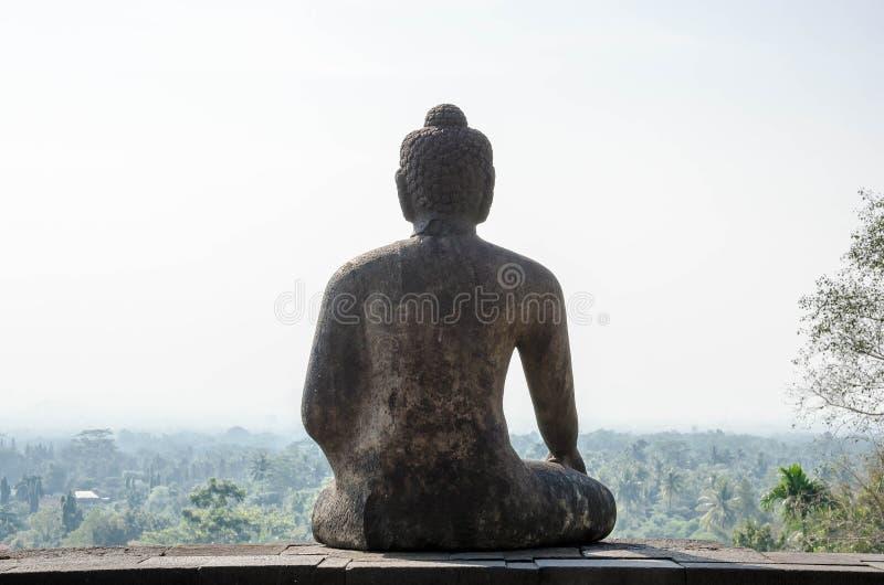 Indietro del tempio di Borobudur della statua di Buddha immagine stock libera da diritti