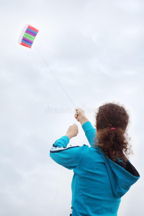 Indietro della donna, che si leva in piedi sulla piattaforma della fodera di crociera fotografia stock libera da diritti