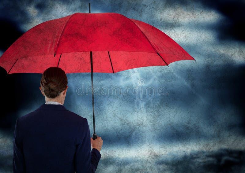 Indietro della donna di affari con l'ombrello dentro contro la tempesta con la sovrapposizione di lerciume fotografia stock