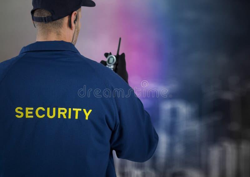Indietro della guardia giurata con il walkie-talkie contro la parete confusa con lo schizzo della costruzione immagine stock