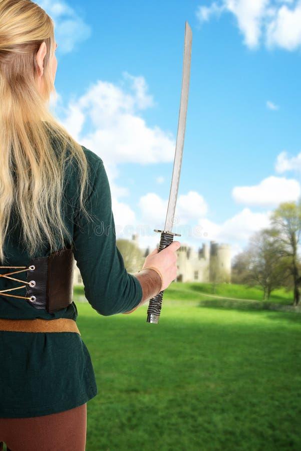 Indietro della spada femminile della tenuta dell'elfo immagine stock libera da diritti