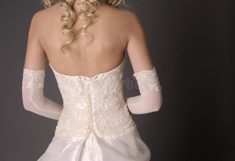 Indietro della sposa in vestito da cerimonia nuziale. fotografia stock