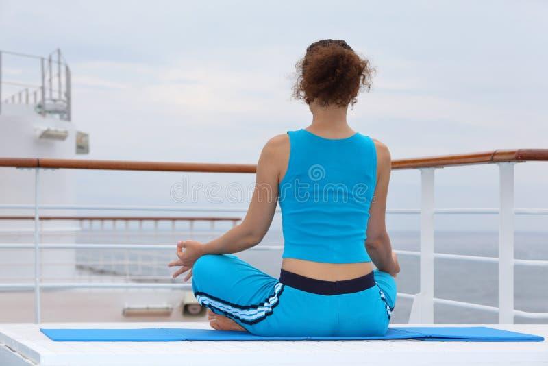 Indietro di seduta della donna e di meditating fotografie stock libere da diritti