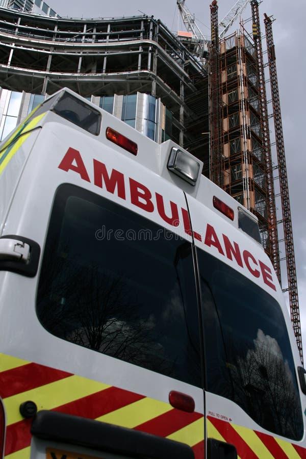 Indietro di un'ambulanza con la priorità bassa dell'ufficio immagine stock libera da diritti