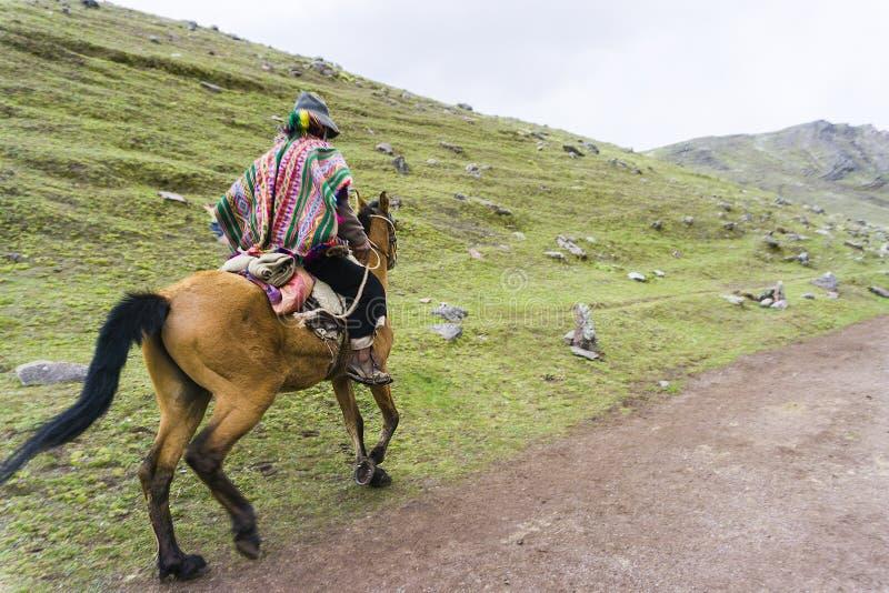 Indigène avec sa mule devant les montagnes photos stock