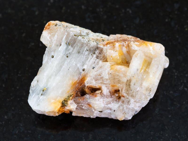 or indigène dans la pierre crue de quartz sur l'obscurité photo stock
