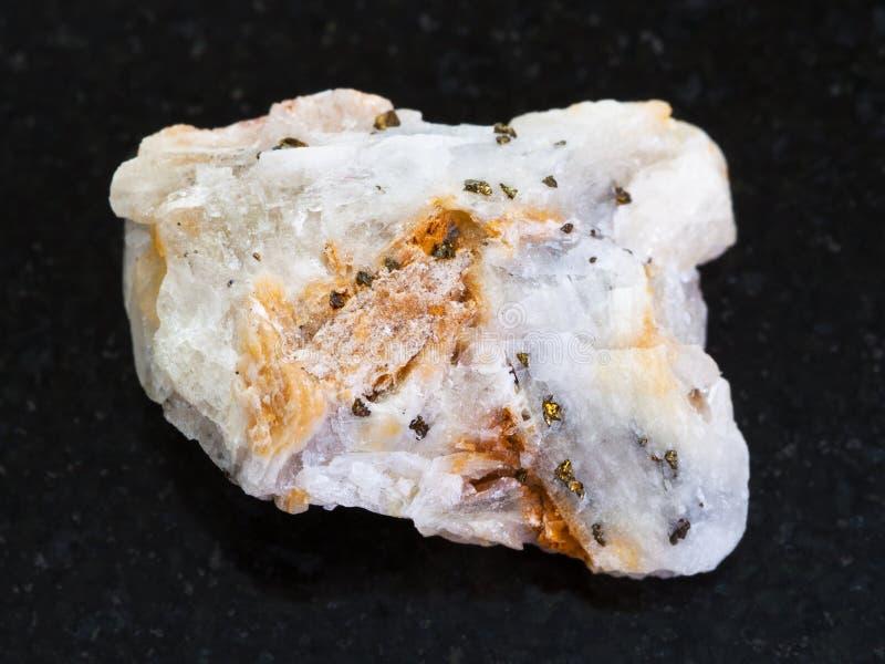 or indigène dans la pierre rugueuse de quartz sur l'obscurité image stock