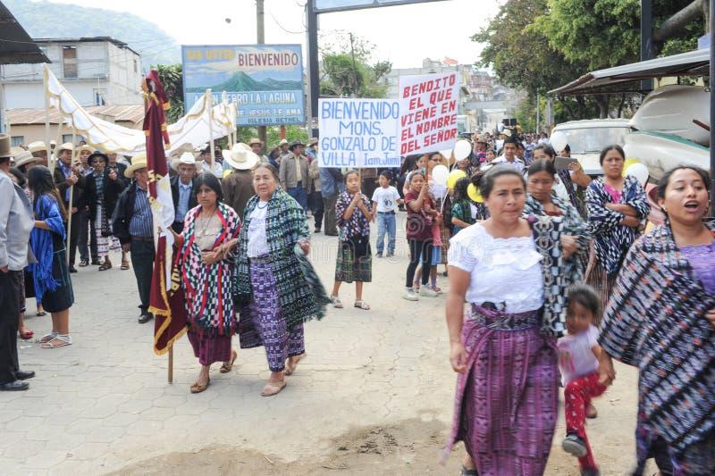 Indigeno maya celebrando l'arrivo del vescovo al pe di San immagini stock