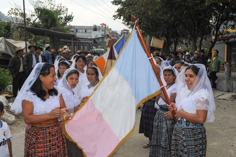 Indigeno maya celebrando l'arrivo del vescovo al pe di San immagine stock