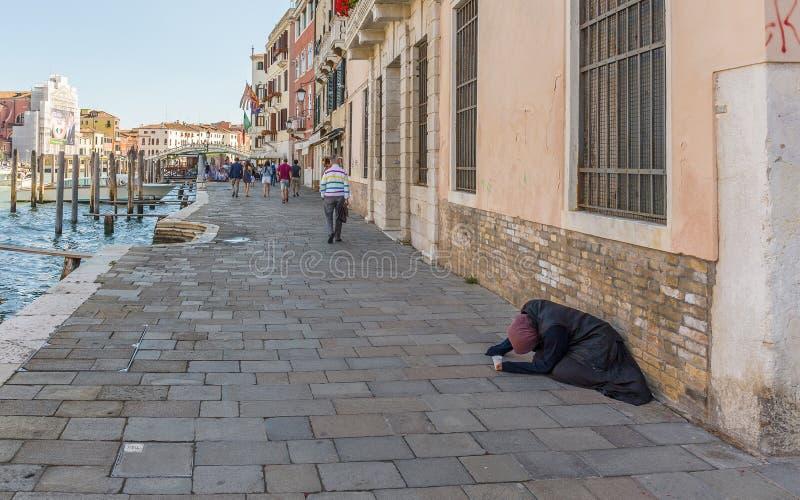 Indigente em Grand Canal em Veneza Itália fotografia de stock