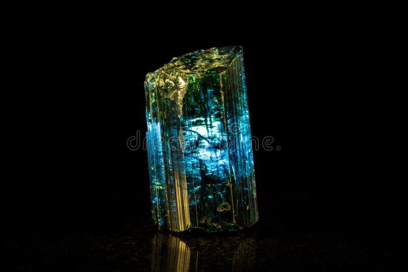 Indigolite矿物石头,黑背景 图库摄影