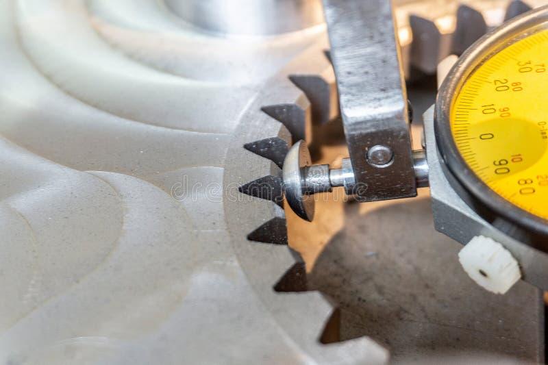Indikatorhebel tippen Maschinenbau für genaue Ausrichtung von Teilen entlang der Achse ein stockbilder