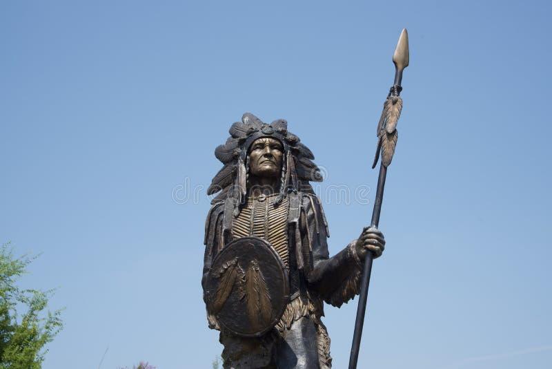 Indio del nativo americano con la lanza imagenes de archivo