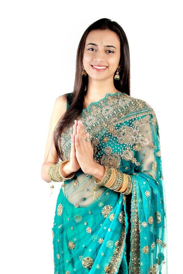 Indio joven en una actitud del namaste (saludo). foto de archivo libre de regalías