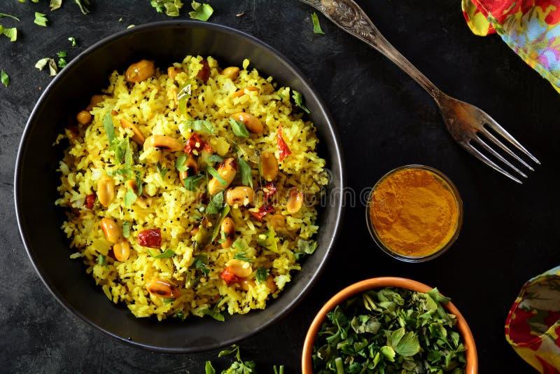 Indio Kanda Poha - fotos de la preparación de la receta con las fotos del plato final y del mattha tradicional imagen de archivo