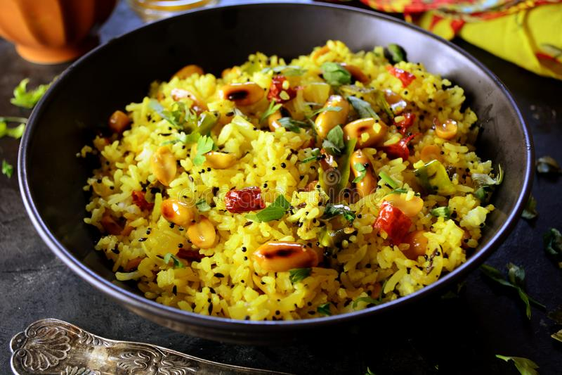 Indio Kanda Poha - fotos de la preparación de la receta con las fotos del plato final y del mattha tradicional fotos de archivo