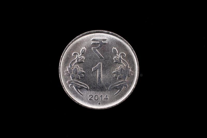 Indio un cierre de la moneda de la rupia para arriba en negro fotografía de archivo libre de regalías