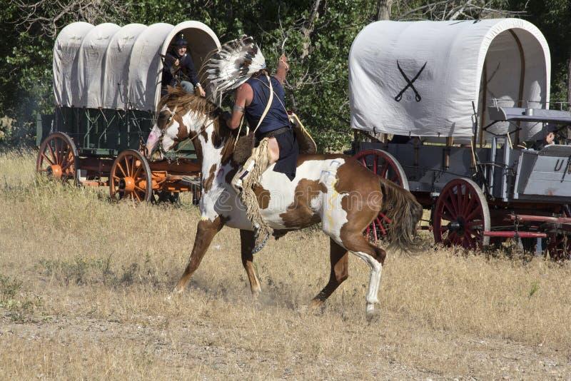 Indios en batalla con los soldados en tren wgan imagen de archivo