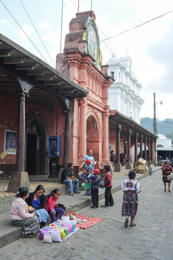 Indios am Rathaus von Chchicastenango stockfotografie
